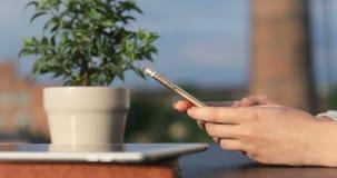 女孩特写镜头递拿着智能手机和发短信给消息,移动使用app工业背景文本,录影 股票录像