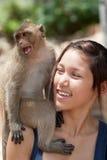 女孩猴子 库存图片