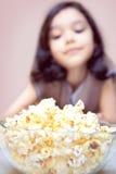 女孩玉米花 免版税图库摄影