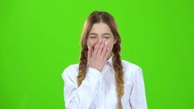 女孩现在打呵欠 绿色屏幕 股票视频