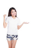 女孩现有量引入衬衣显示微笑t白色 免版税库存照片