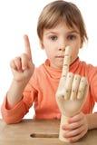 女孩现有量查出的人体模型演奏了木 库存照片