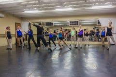 女孩现代舞辅导员移动演播室 库存图片