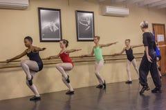 女孩现代舞移动辅导员演播室 免版税库存照片