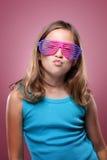 女孩玻璃减速火箭的年轻人 免版税库存照片