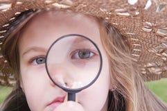 女孩玻璃扩大化 免版税图库摄影