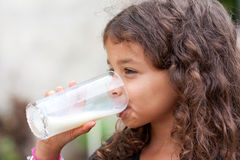 女孩玻璃牛奶 免版税库存照片