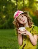女孩玻璃牛奶 库存图片