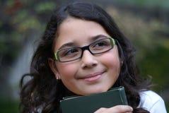 女孩玻璃绿色微笑的佩带的年轻人 库存图片