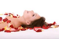 女孩瓣手段玫瑰色温泉 免版税库存照片