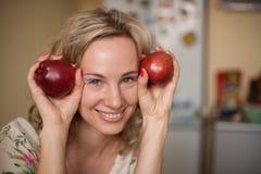 女孩用二苹果 库存照片