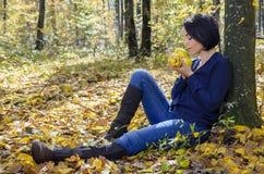 女孩用健康柑橘 图库摄影
