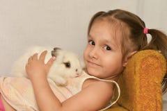 女孩用兔子 免版税库存图片