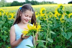 女孩用向日葵 免版税图库摄影