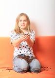 女孩用咖啡粒 免版税库存照片