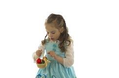 女孩用复活节彩蛋。 免版税图库摄影