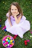 女孩用复活节彩蛋 图库摄影