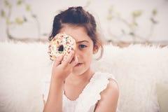 女孩用多福饼 库存照片