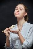 女孩用寿司 免版税库存图片