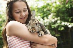 女孩用小兔 免版税库存图片