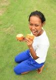 女孩用巧克力果子 图库摄影