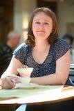 女孩用德国人Rudesheim咖啡 库存照片