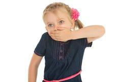 女孩用手关闭嘴 免版税图库摄影
