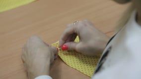 女孩用手缝合针和一条红色螺纹 股票录像