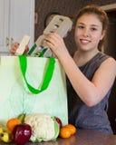 女孩用杂货 免版税库存照片
