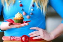 女孩用杯形蛋糕 免版税库存照片