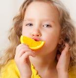 女孩用果子在家。 免版税库存照片