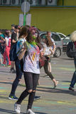 女孩用树胶水彩画颜料手 颜色Holi节日在切博克萨雷,楚瓦什人共和国,俄罗斯 05/28/2016 免版税库存图片