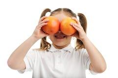 女孩用桔子 免版税库存照片