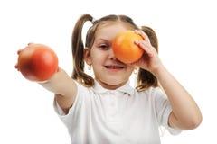 女孩用桔子 免版税库存图片