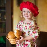 女孩用法国面包 库存照片
