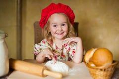 女孩用法国面包 库存图片