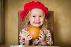 女孩用法国面包 免版税库存图片