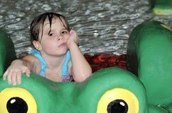 女孩用浆划的池纵向 免版税图库摄影