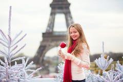 女孩用焦糖苹果在巴黎 免版税库存图片