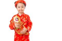 女孩用玩具织成锦缎的鲤鱼 免版税库存图片