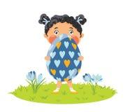 女孩用硕大装饰鸡蛋 皇族释放例证