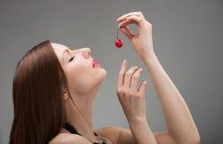 女孩用糖煮的樱桃 免版税库存图片