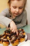 女孩用自创松饼 库存图片