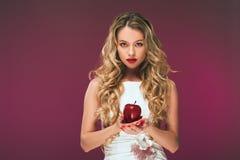 女孩用苹果 一个美丽的少妇的秀丽照片燕尾服的 免版税库存图片