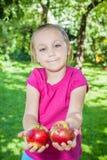 女孩用苹果 免版税图库摄影