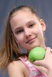 女孩用苹果 免版税库存图片