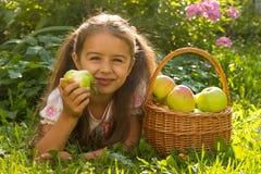 女孩用苹果 图库摄影