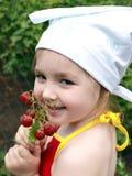 女孩用草莓 库存照片