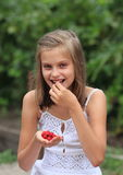 女孩用莓 免版税库存照片