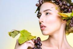 女孩用葡萄 免版税库存图片